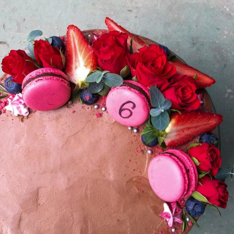 Slavnostní čokoládový dort s květinami a makronkami